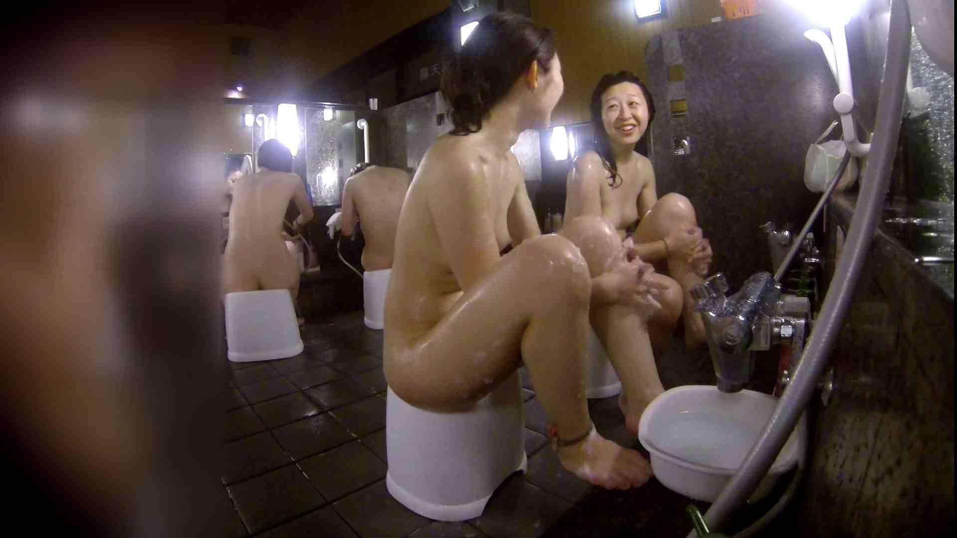 オマンコ丸見え:洗い場!地味目の女の子2人組。ずっと話しながら洗ってます。:怪盗ジョーカー